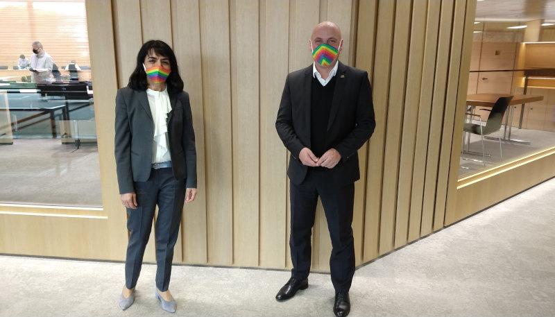 Landtagspräsidentin Aras und Landtagsabgeordneter Born mit Regenbogen-Maske
