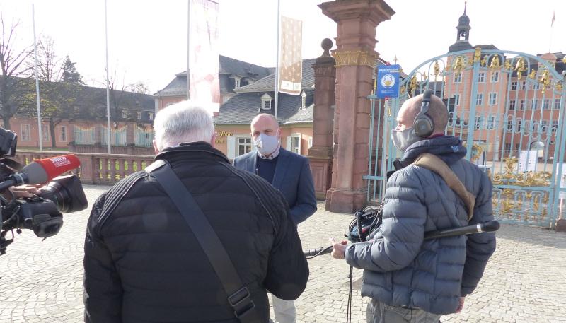 Daniel Born beim SWR-Interview vor dem Schlossgarten in Schwetzingen