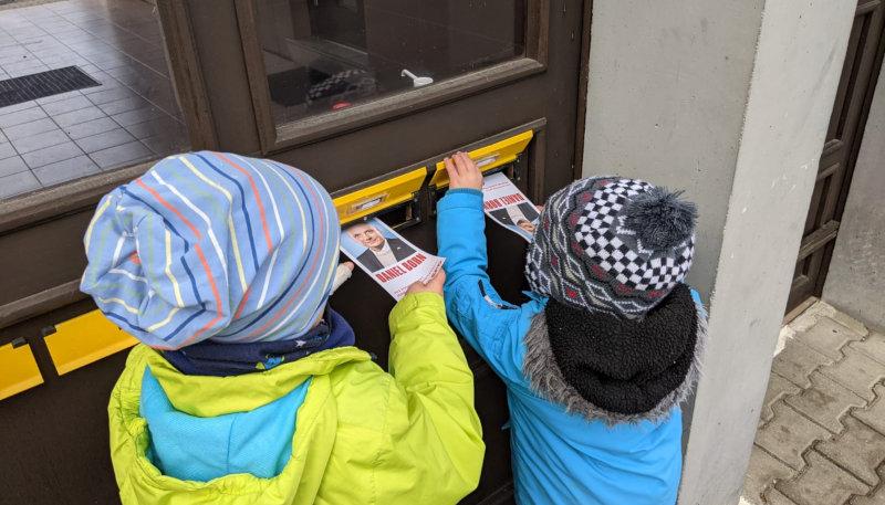 Foto der Woche: An Balkonen, auf den Marktplätzen, im Internet. Überall machen die Ehrenamtlichen großartigen Wahlkampf. Besonders wichtig diesmal: der Wahlkampf an den Briefkästen. Danke!
