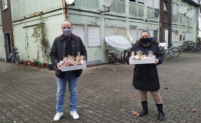Foto der Woche: Eine Initiative hatte sich verabredet, Weihnachten am 25. Dezember auch in die Obdachlosenunterkunft in Hockenheim zu bringen. Die SPD Hockenheim hat sich mit liebevoll gepackten Plätzchentüten daran beteiligt. Gerne habe ich als Plätzchenbote diese wichtige Aktion unterstützt.